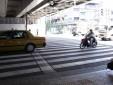 ② 改札を出て、正面の横断歩道を渡ります。