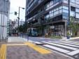 ③ 横断歩道を渡って右脇の道を直進ください。