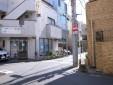 ⑩ 右折するとスタジオの入る建物が見えます。